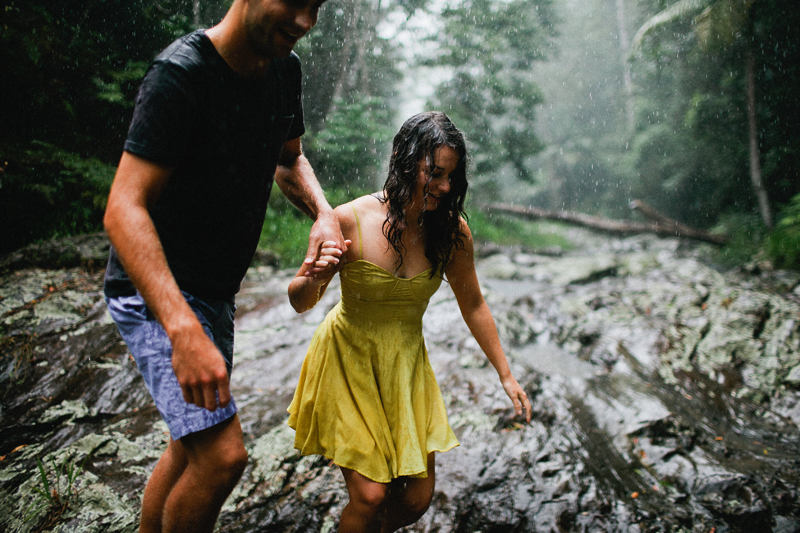 rainy-engagement-portraits009